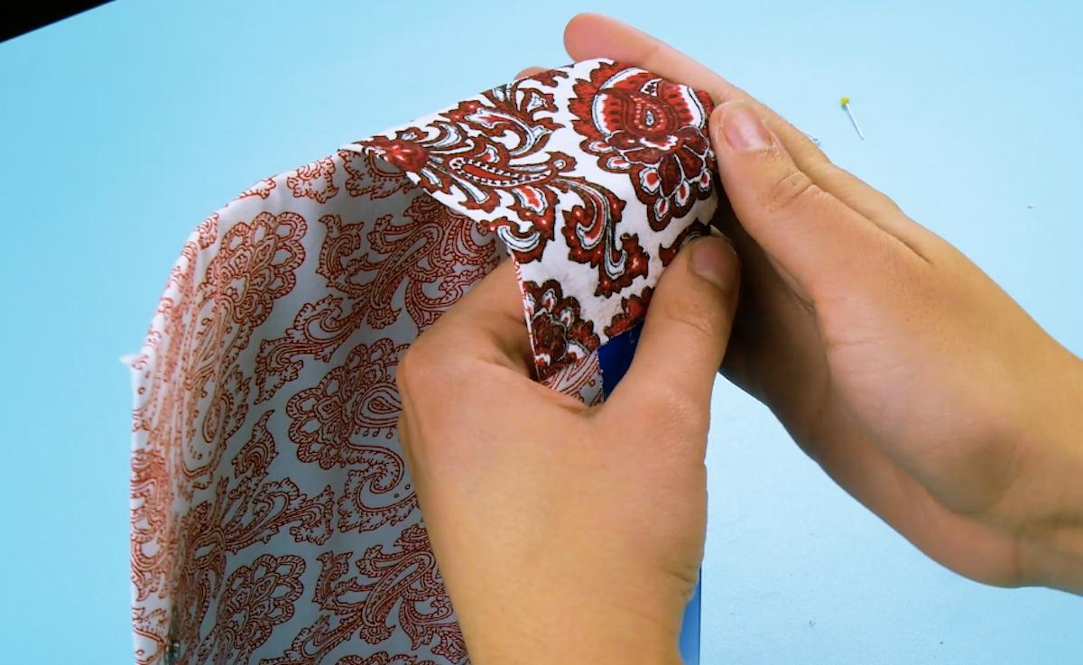 руки держат ткань