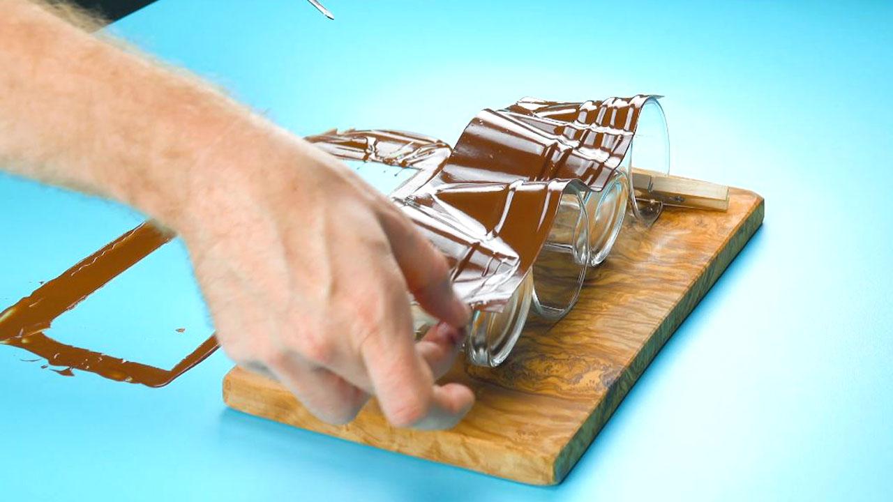рука держит шоколад