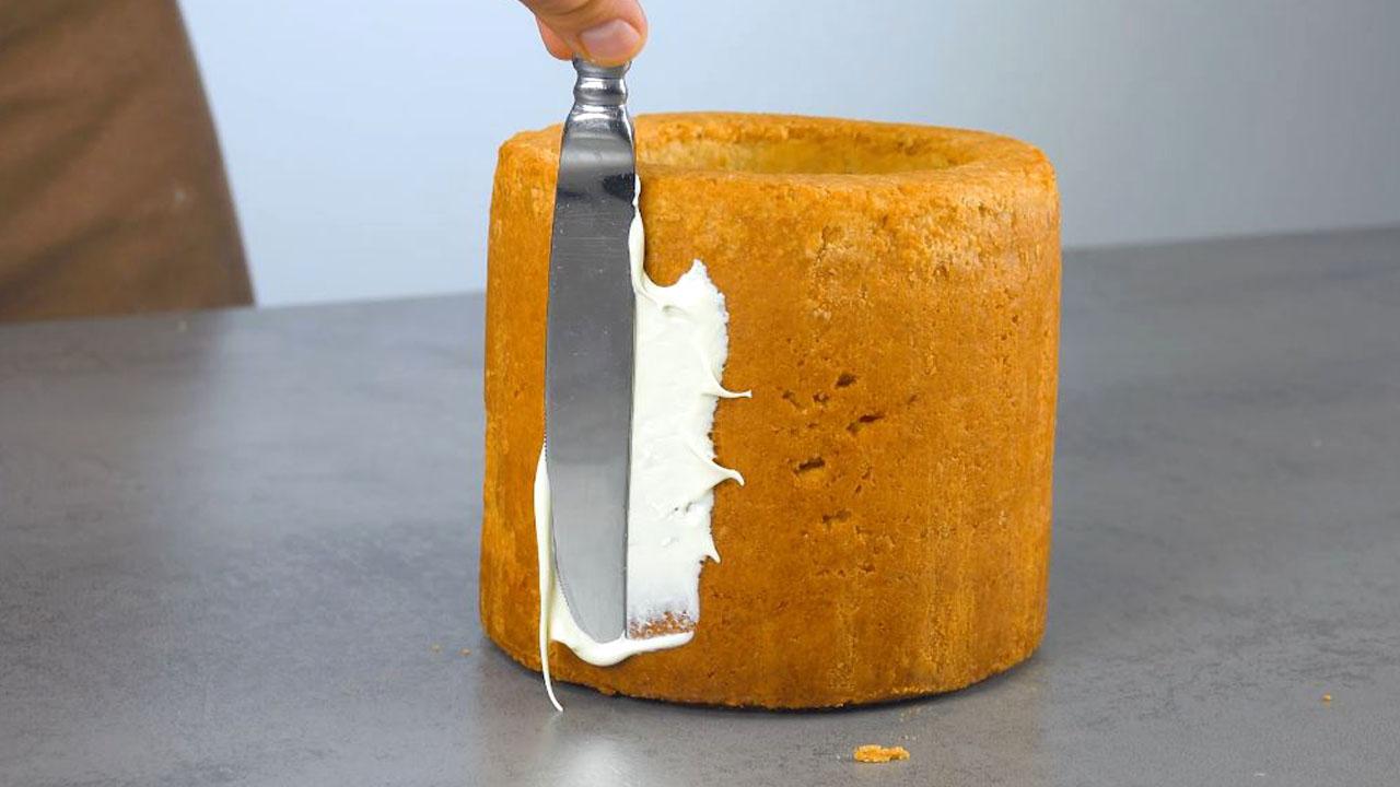 торт покрывают кремом