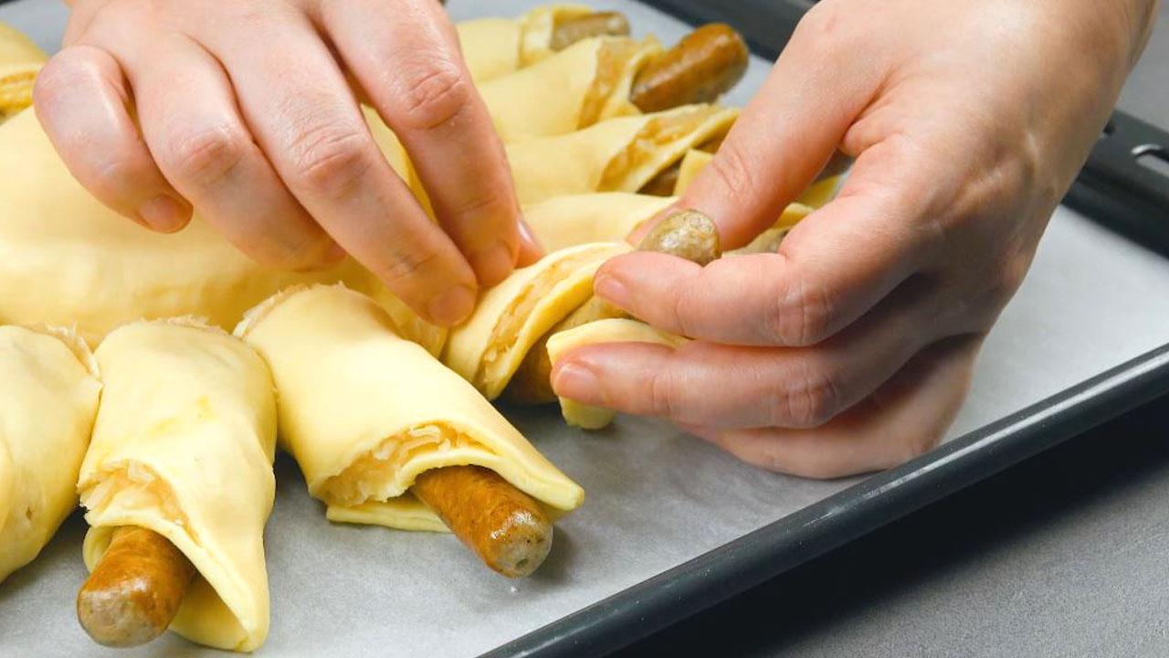 руки держат колбаски