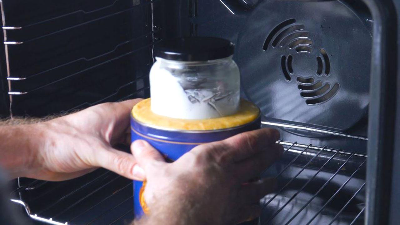 руки держат форму для выпечки