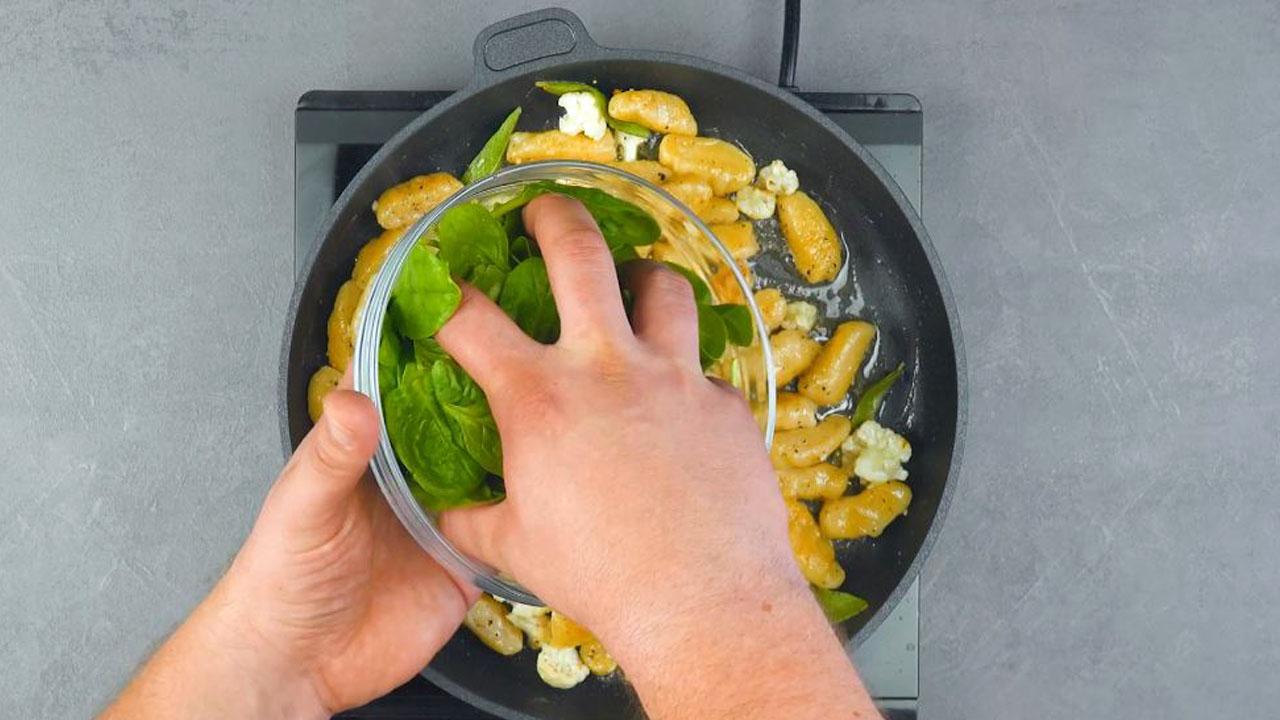 рука держит шпинат