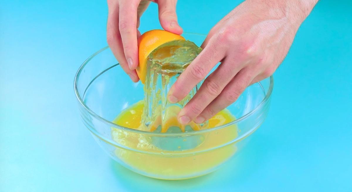 выжимать апельсиновый сок