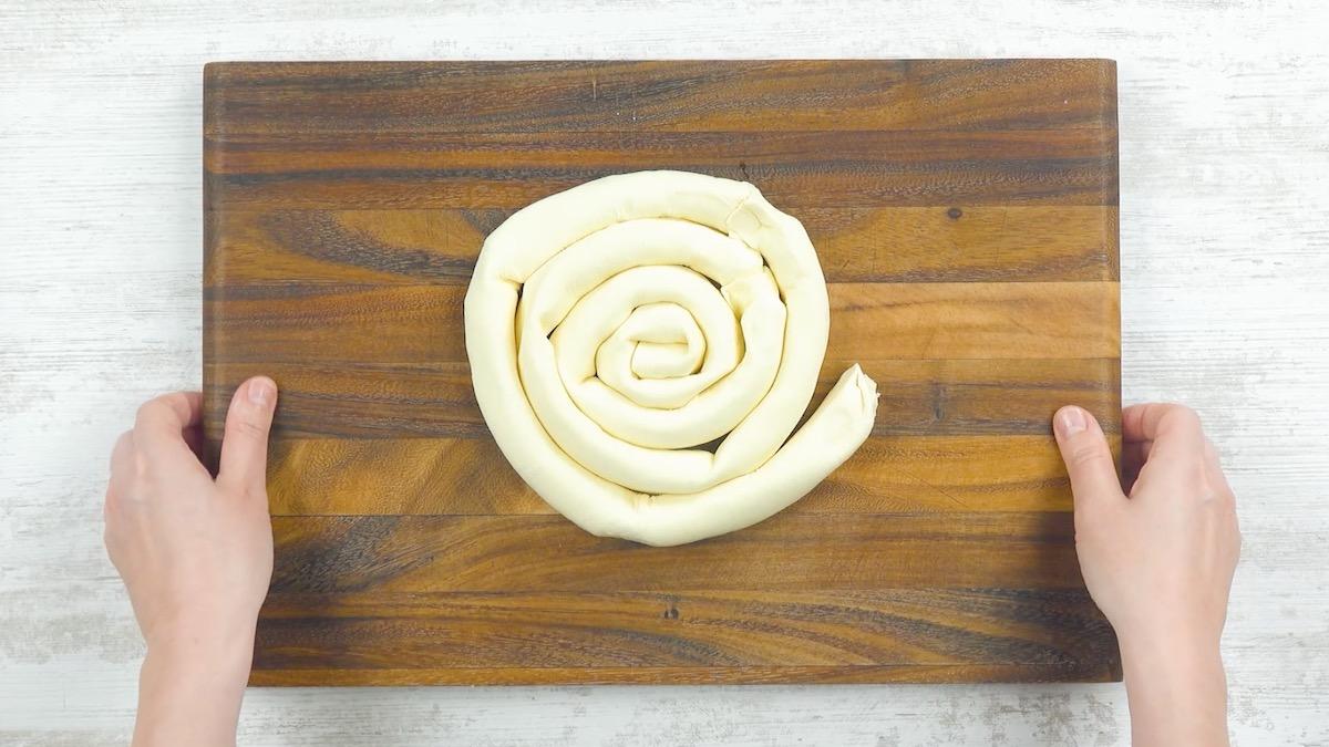 тесто на столе