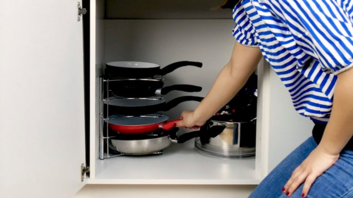 сковородки в шкафу