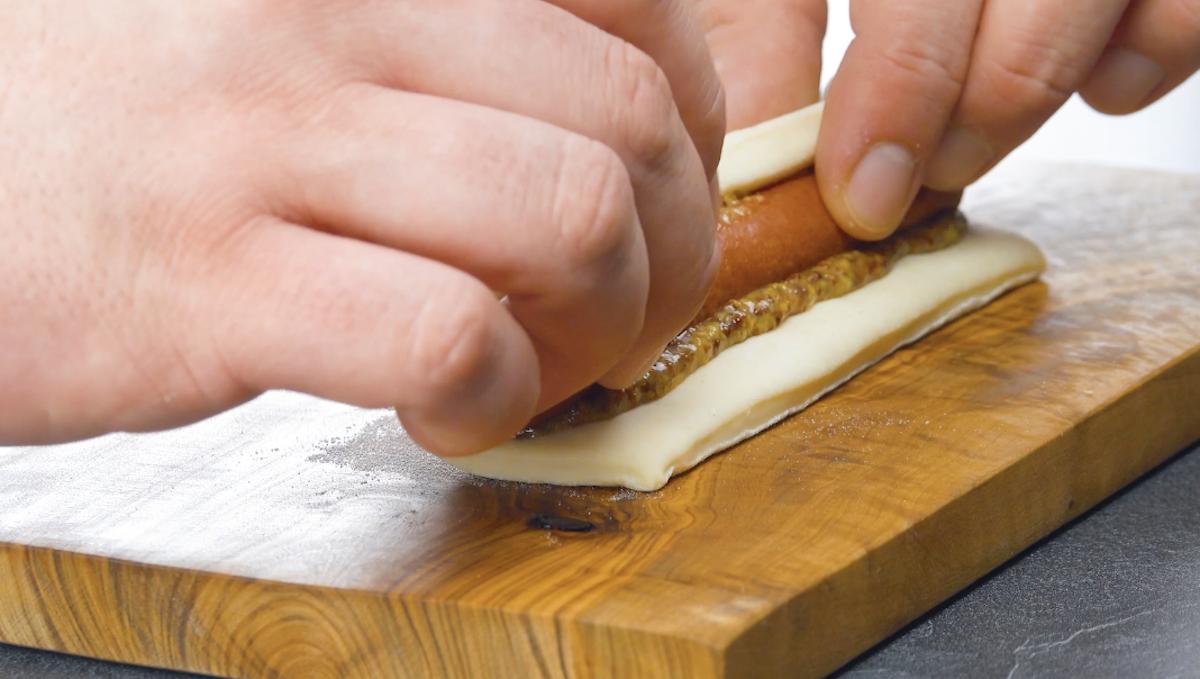 тесто, горчица и сосиска