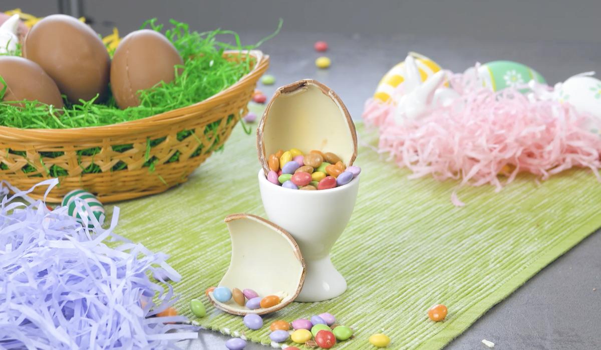 шоколадное яйцо на столе