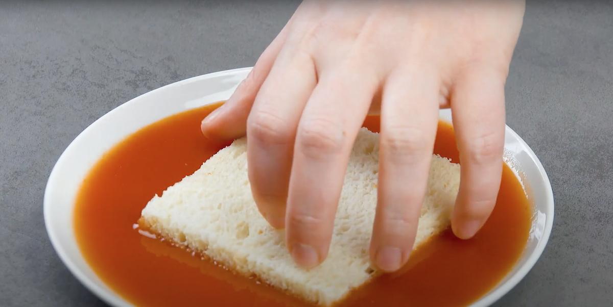 рука держит хлеб