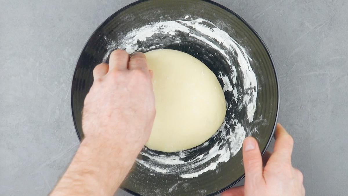 рука готовит тесто