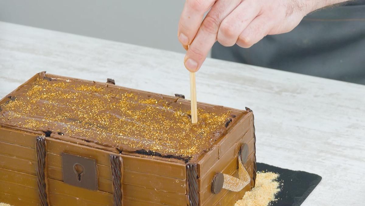 шпажку втыкают в торт