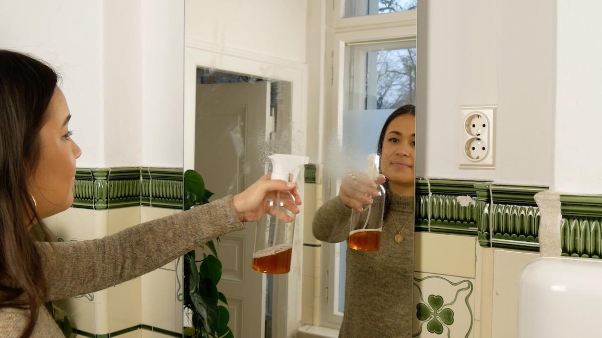девушка чистить зеркало
