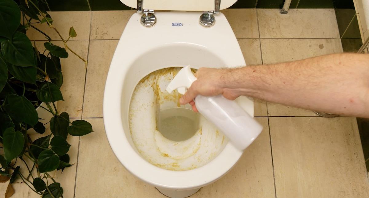 чистить унитаз