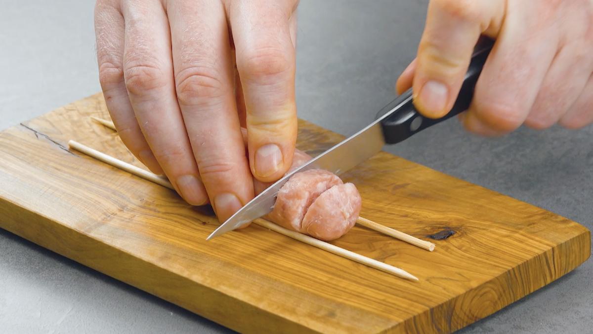резать колбаску