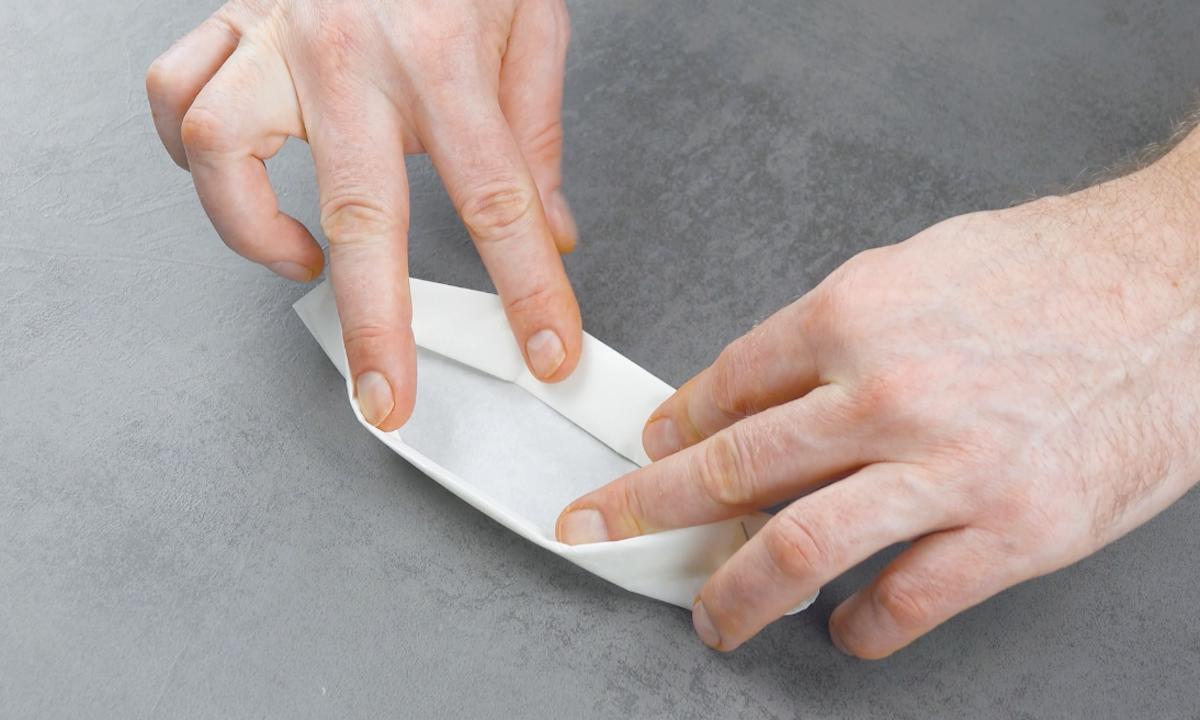 руки держат бумагу
