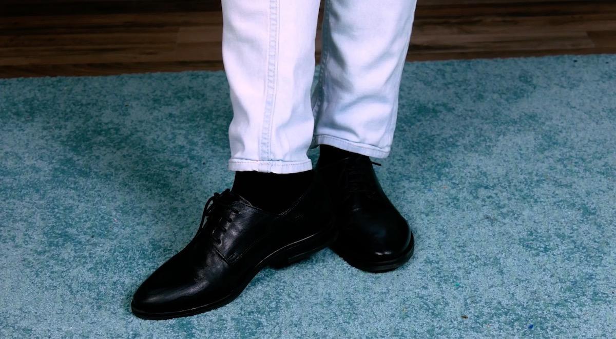 ноги одеты в джинсы