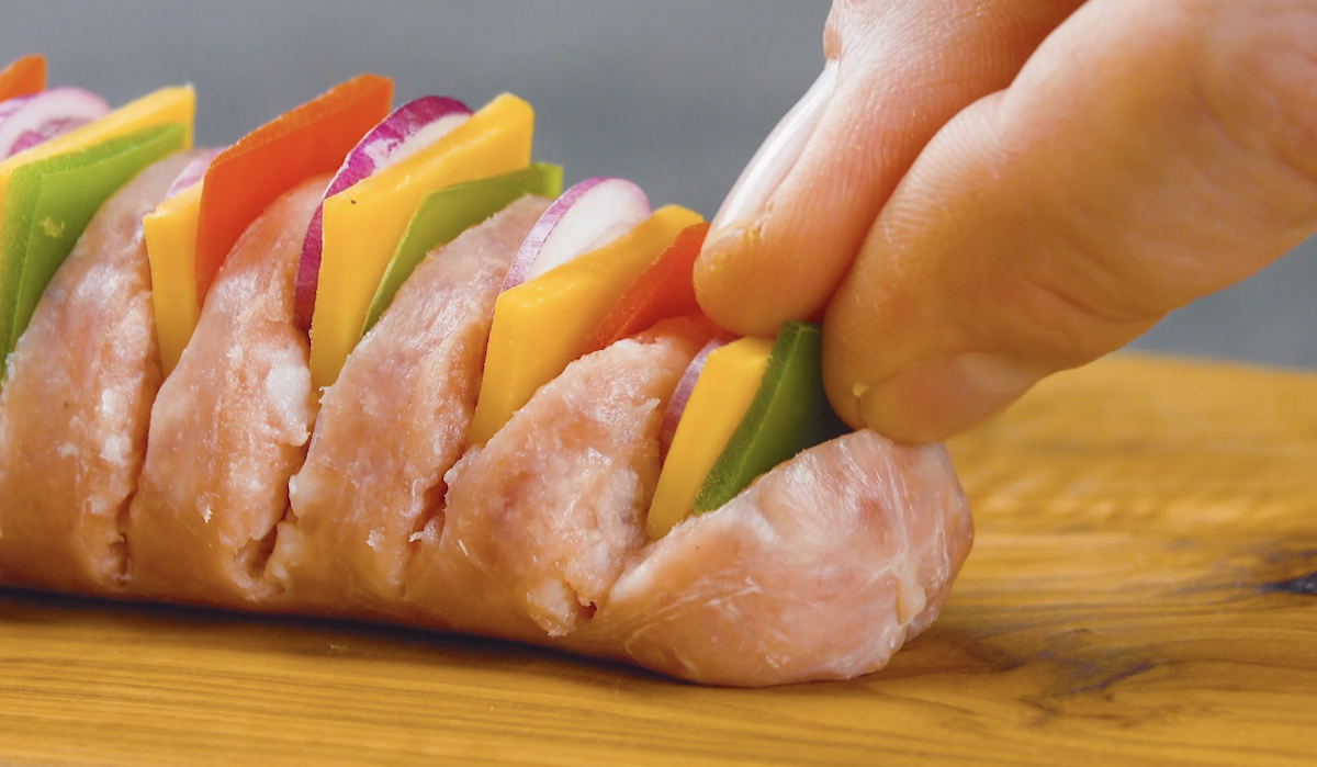 рука держат колбаску