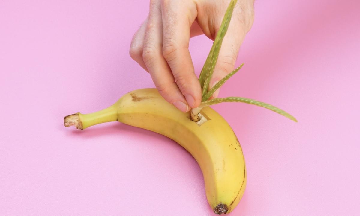 рука держит банан
