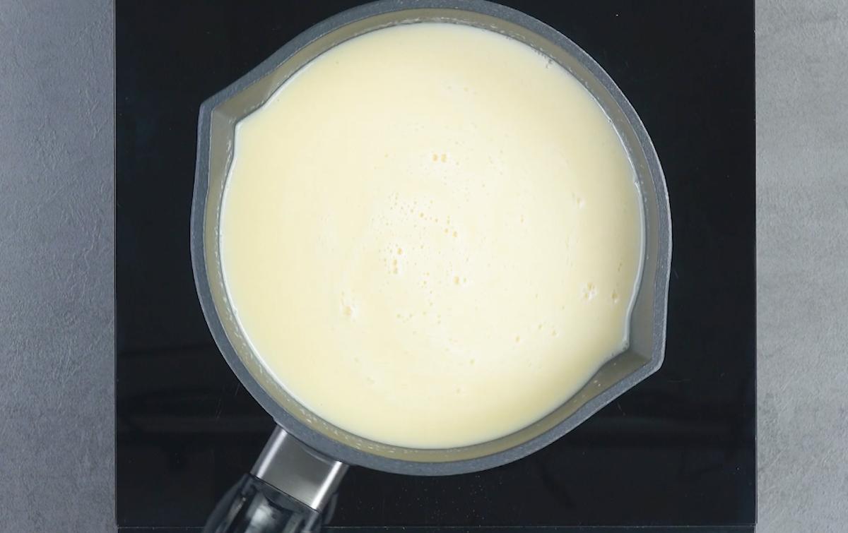 кастрюля с белым кремом