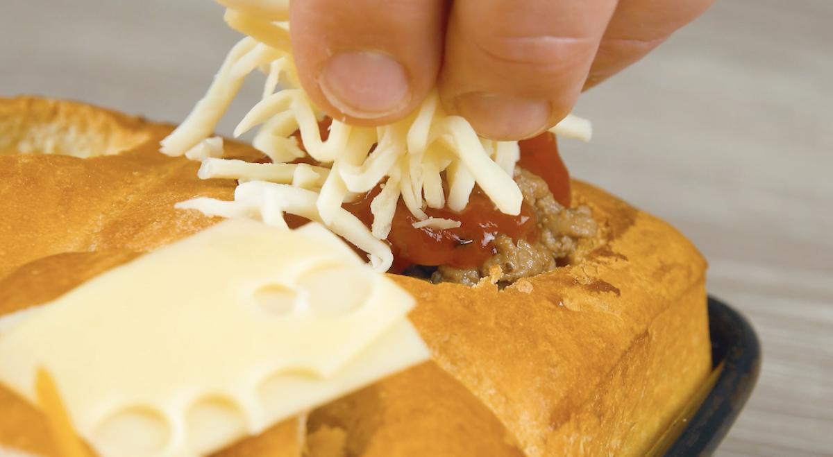 рука держит сыр