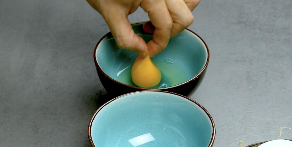 рука держит яйцо
