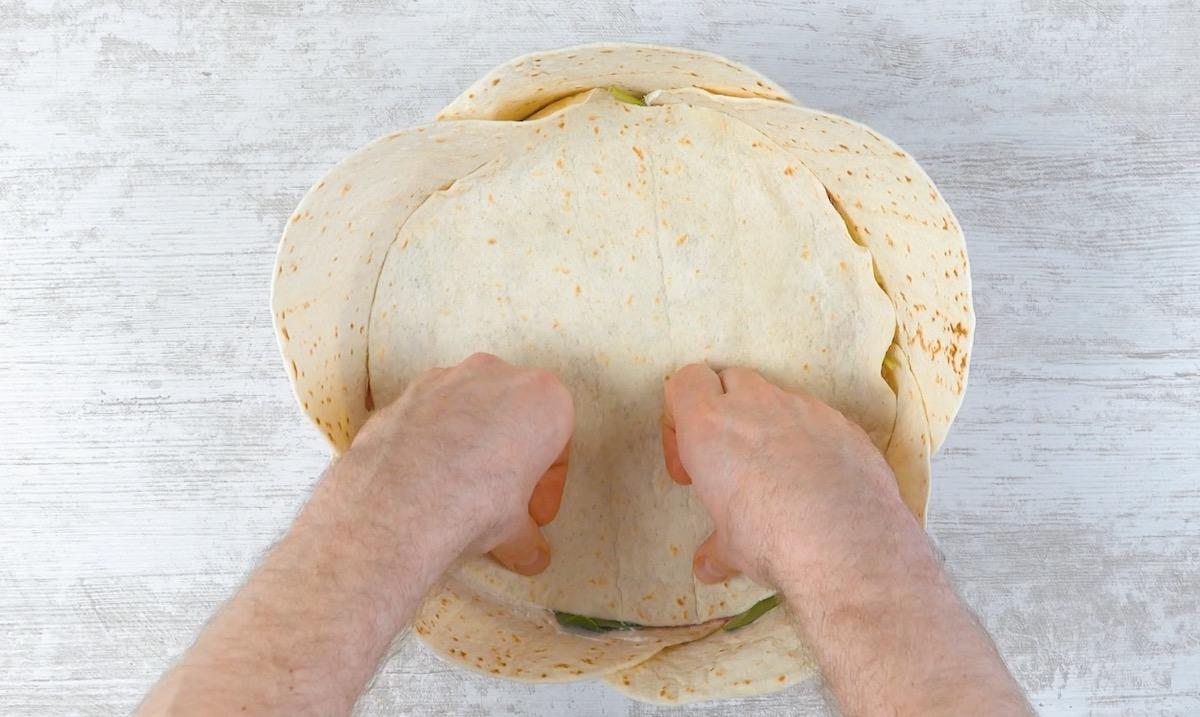 руки готовят пирог