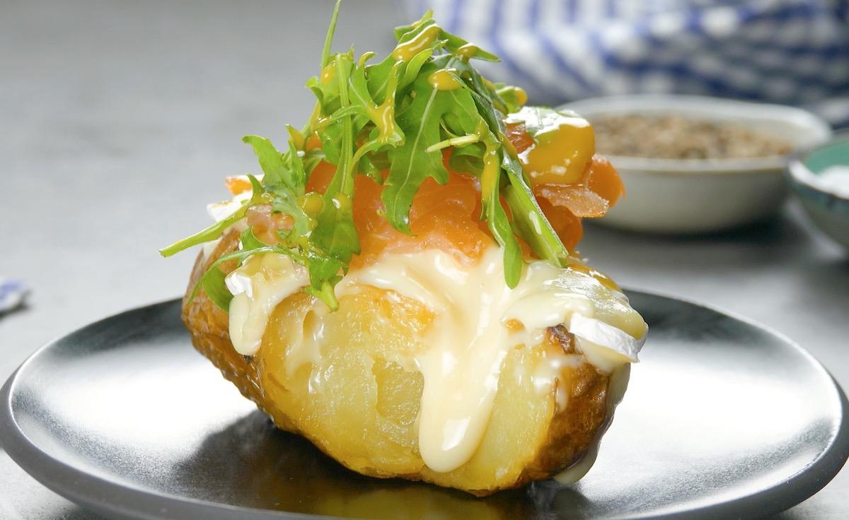картофель с начинкой из лосося