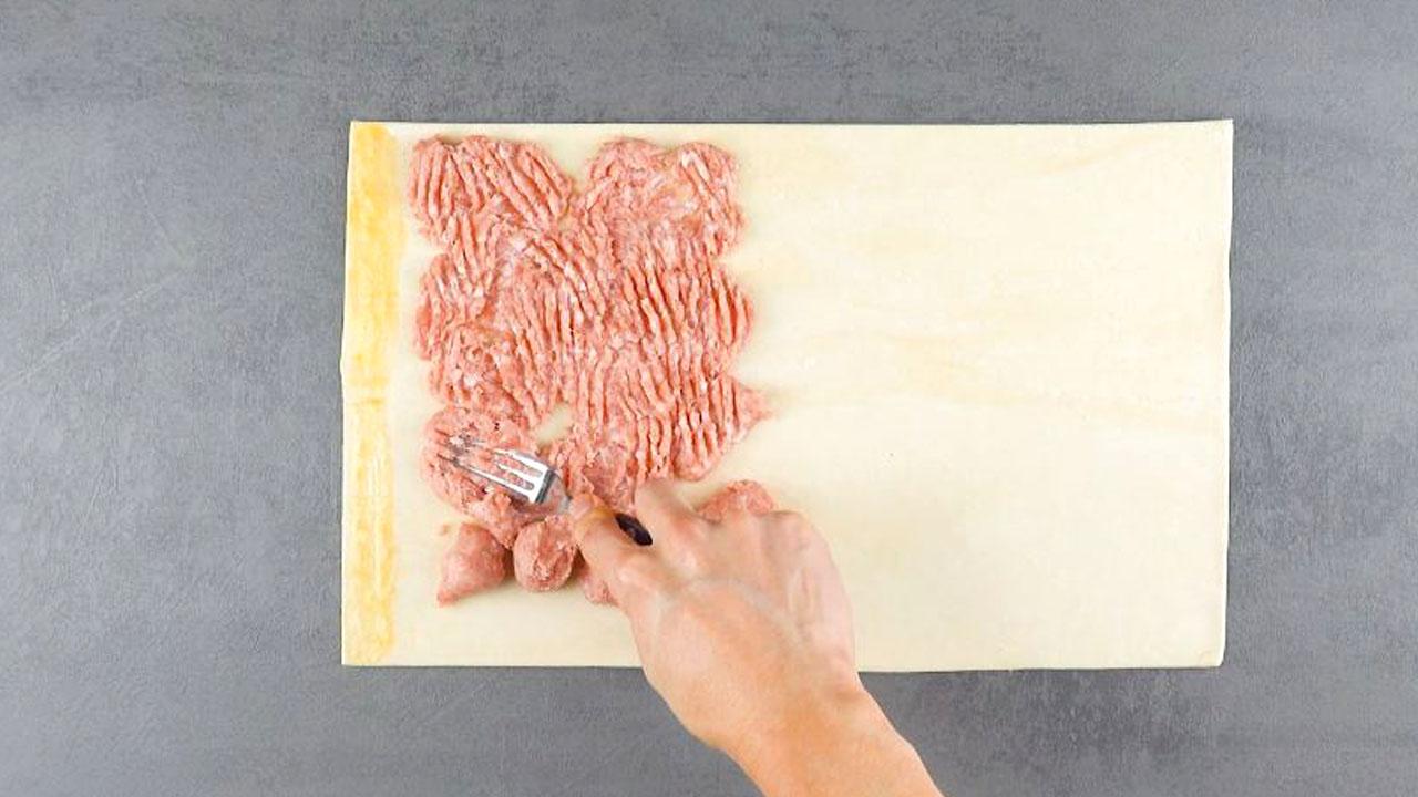 тесто с начинкой из фарша