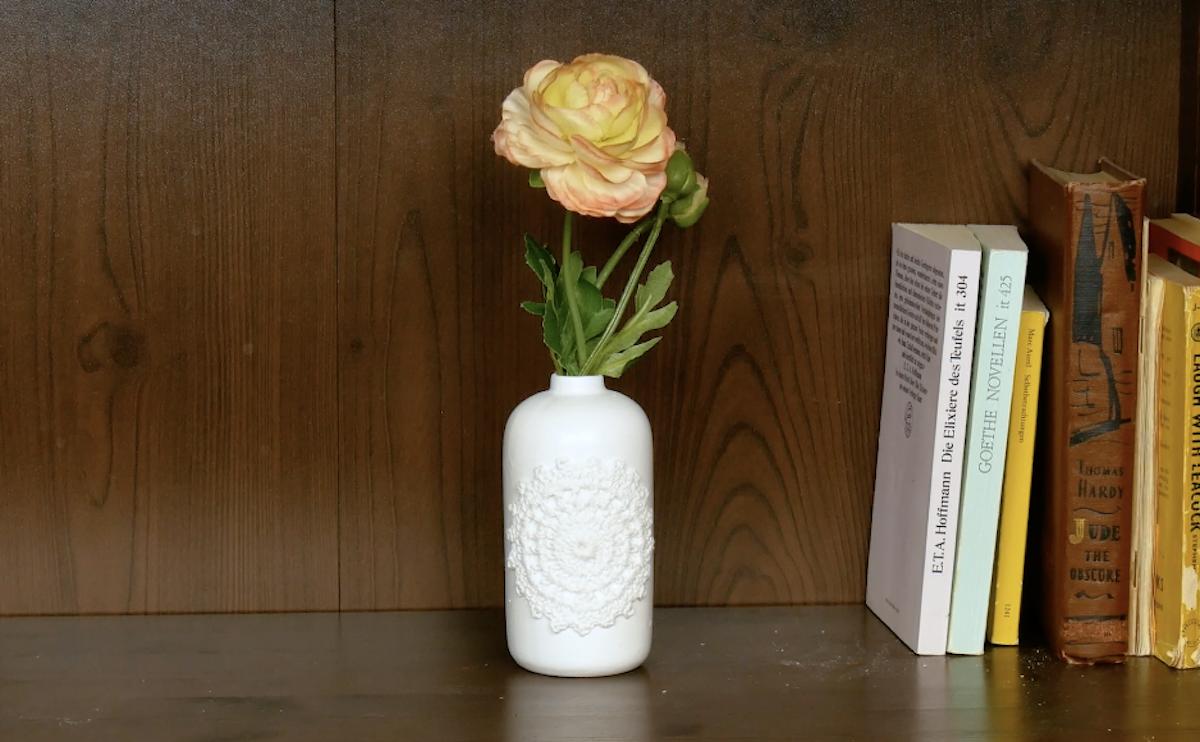 роза в вазе