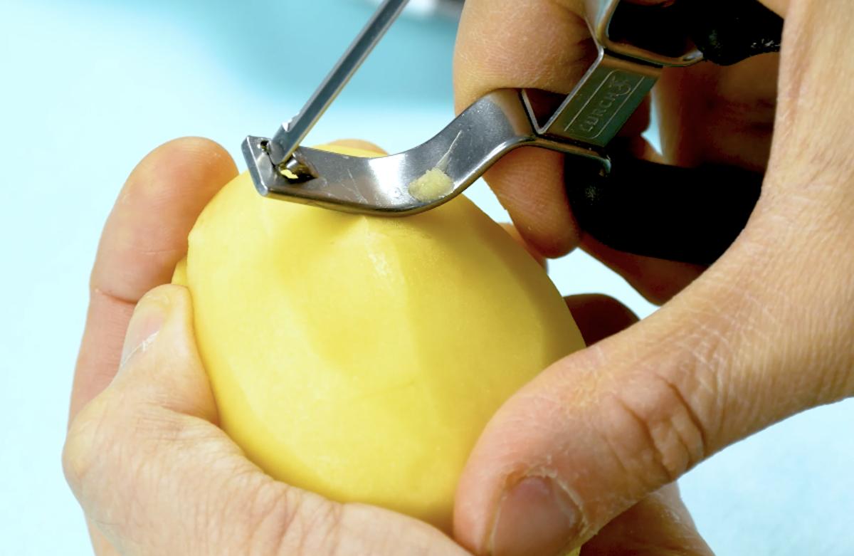 руки чистят картофель