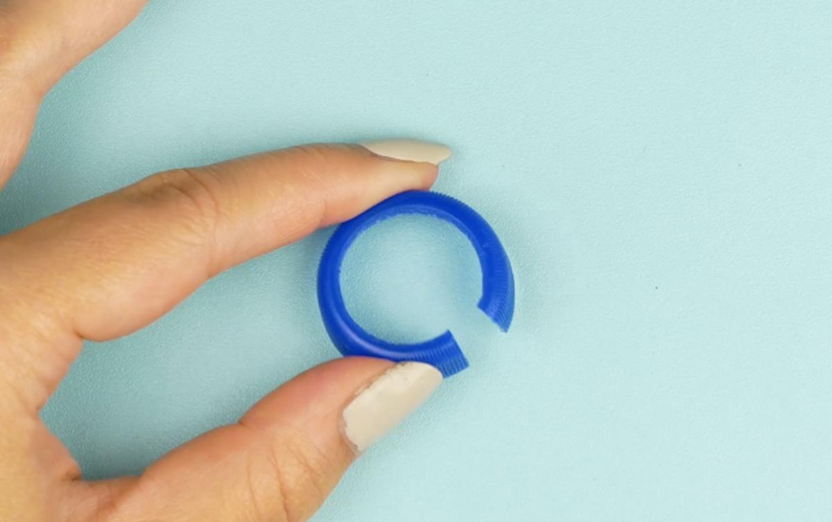 рука держит кольцо