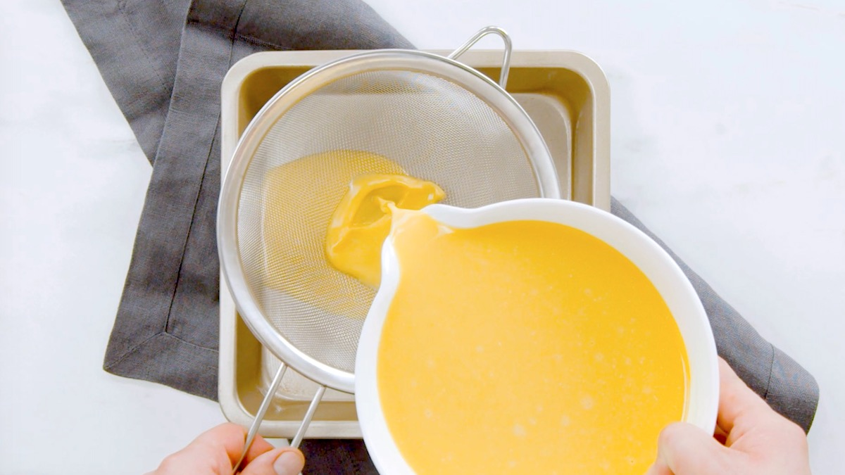 яичный желток льется